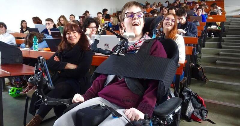 Chloé, handicapée et étudiante à Sciences-po, lance une cagnotte pour continuer ses études car on lui a retiré son AVS