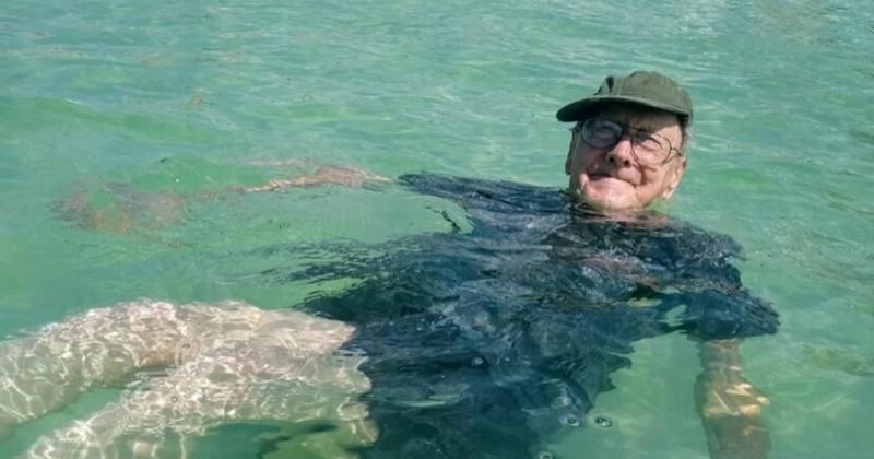 Pour célébrer son 93ème anniversaire, un homme se rend pour la première fois à la plage
