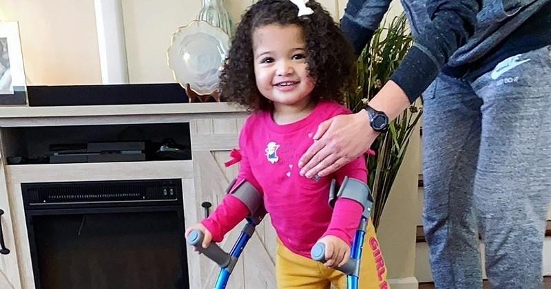 Cette petite fille atteinte de spina bifida apprend à marcher malgré son handicap