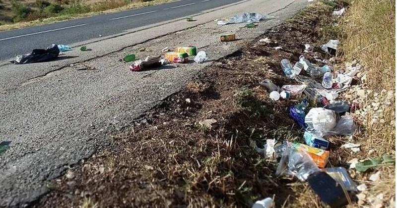 Près d'un tiers des Français jette ses déchets par la fenêtre de sa voiture... Au total,  70 000 tonnes d'ordures par an sont ramassés sur les bords des routes !