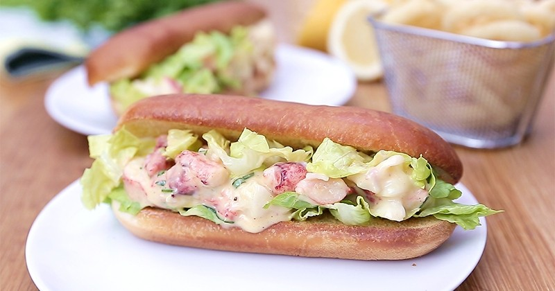 Cédez à la gourmandise du Lobster Roll, le sandwich au homard qui fait fondre même les plus sceptiques!