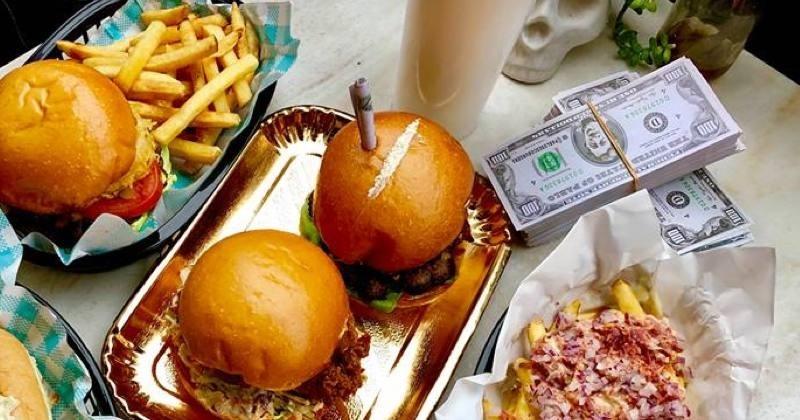Le burger de Pablo Escobar servi avec de la fausse cocaïne et des faux billets de banque!
