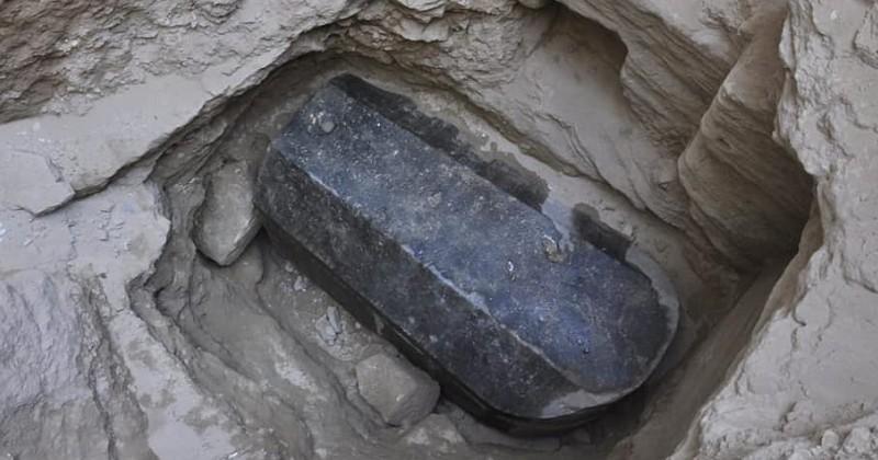 En Égypte, un mystérieux sarcophage noir vieux de 2000 ans a été découvert