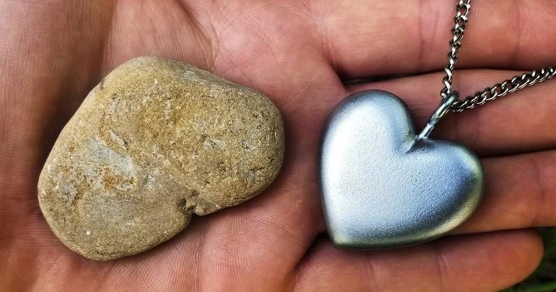 Cet homme a fabriqué un pendentif en forme de cœur avec un galet trouvé sur la plage