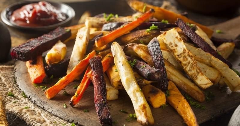 En automne, cuisinez vos racines en frites rôties au four avec du vinaigre balsamique et du piment de Cayenne pour plus d'originalité!