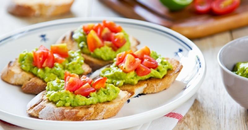 Découvrez les toasts à la crème d'avocat et tomates cerises