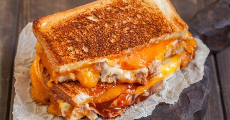 Essayez le sandwich grillé au fromage fondu et à la sauce barbecue : le grilled cheese sandwich !