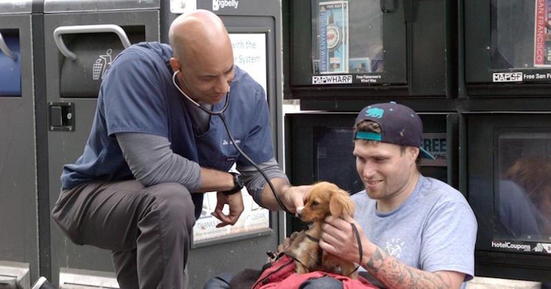 Ce vétérinaire sillonne les rues pour soigner gratuitement les animaux des sans-abri en Californie