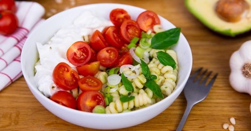 Une salade de pâtes Fusilli au pesto d'avocat avec tomates et burrata pour un repas léger et gourmand !
