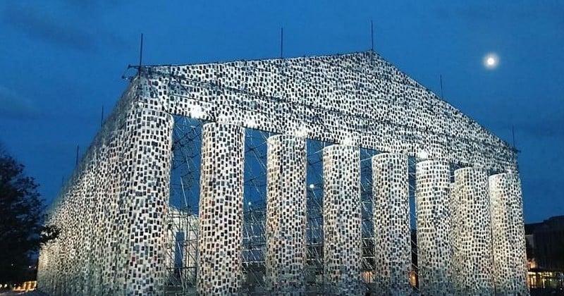 Elle reproduit le Parthénon avec 100 000 livres bannis et censurés, à l'emplacement où les Nazis brûlèrent des milliers d'ouvrages en 1933