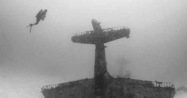 Un cimetière sous l'eau datant de la Seconde Guerre mondiale est à la fois impressionnant et flippant...!