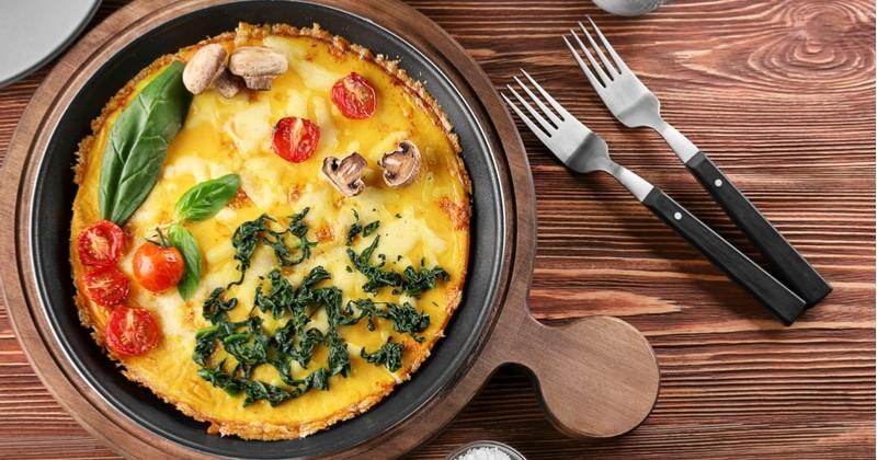 Omelette estivale aux poivrons, aux pommes de terre et aux tomates cerise
