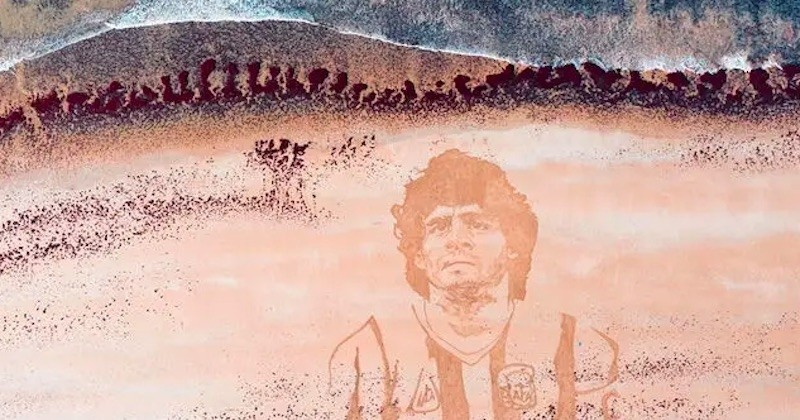 En hommage à Diego Maradona, il réalise un gigantesque portrait de la légende disparue, sur une plage vendéenne