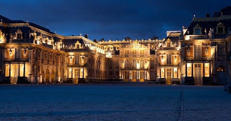 Il s'introduit dans le château de Versailles en pleine nuit et se proclame roi