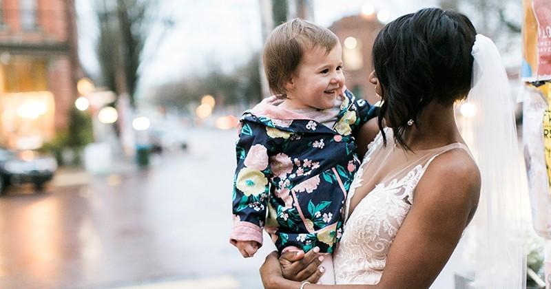 En pleine séance photo, une mariée a été interrompue par... une petite fille qui pensait voir une princesse en vrai !