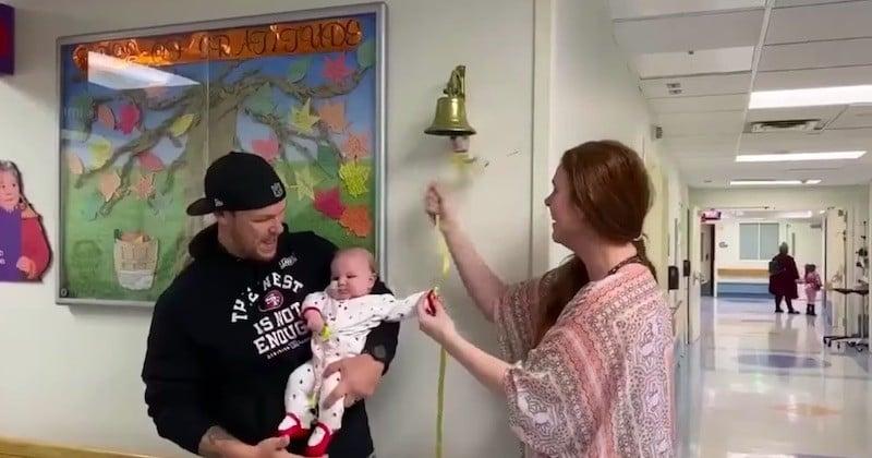 Guérie d'une tumeur après des mois de chimiothérapie, cette fillette fait sonner la cloche symbolisant le succès du traitement
