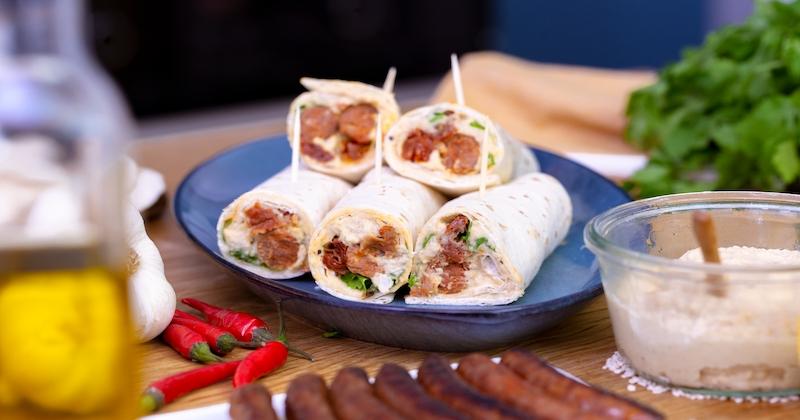 Découvrez le wrap aux merguez, au houmous et aux tomates séchées, un sandwich léger pour l'arrivée des beaux jours!