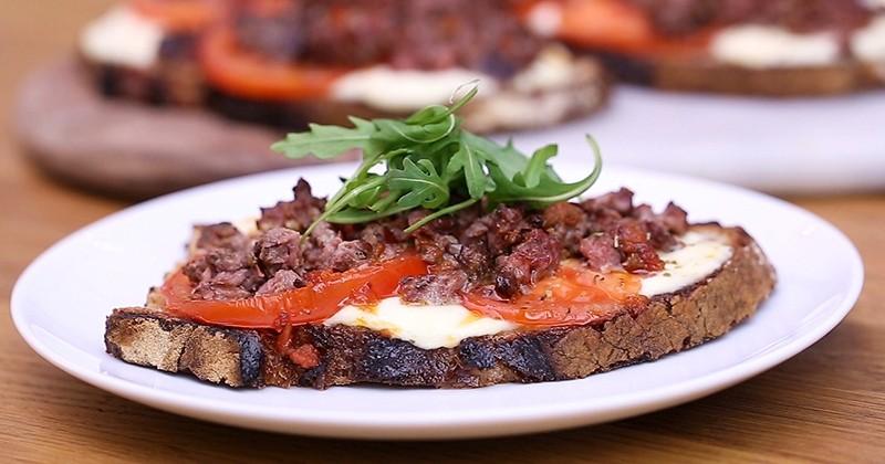 Découvrez la Tartine grillée au haché pur bœuf, graines de tournesol, tomates confites et basilic