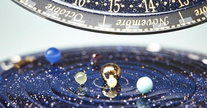 Cette montre vous indique où se trouvent toutes les planètes du système solaire en temps et en heure: génial!