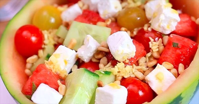 C'est le spicy friday ! Goûtez à cette délicieuse salade de pastèque au concombre, à la feta et à la sauce TABASCO® Rouge, parfaite pour l'été !