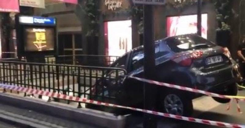À Paris, un automobiliste s'encastre dans une bouche de métro qu'il prend pour un parking