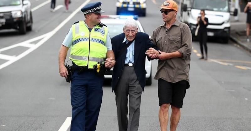 Cet homme de 95 ans a pris 4 bus pour se joindre à une marche contre le racisme en Nouvelle-Zélande