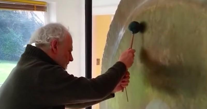Ce spécialiste de la sonothérapie produit des sons exceptionnels et apaisants avec un simple gong