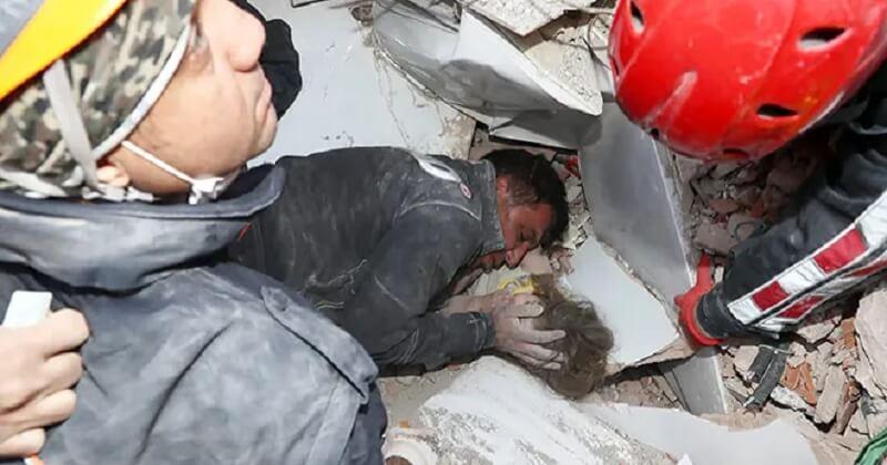 En Turquie, une fillette de 3 ans a été retrouvée vivante sous les décombres 4 jours après le séisme