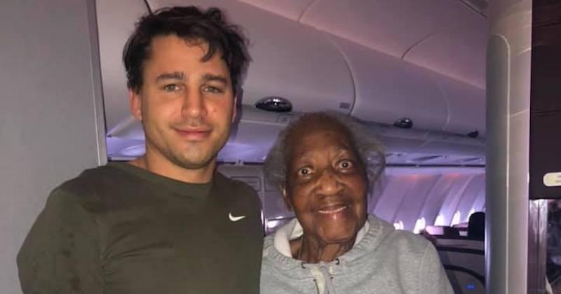 Un passager échange sa place dans l'avion avec une dame de 88 ans, lui offrant ainsi sa place en première classe
