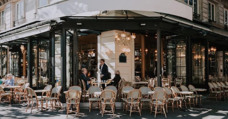 Les restaurants et les bars parisiens pourraient rouvrir dans la rue