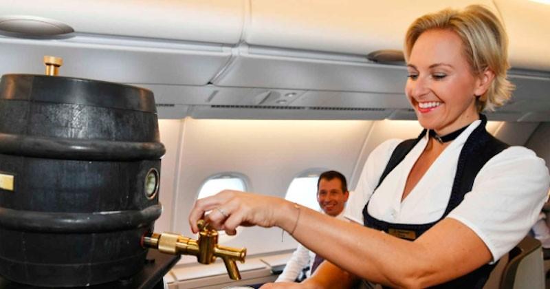 Pendant l'Oktoberfest, on peut boire une bière pression à bord des avions Lufthansa !