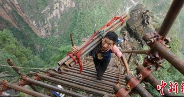 Pour vous rendre dans ce village en Chine, mieux vaut ne pas avoir le vertige... Perché tout au sommet d'une falaise abrupte, on y accède au moyens d'une échelle interminable !