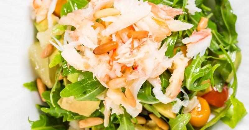 Croquante et savoureuse, découvrez la Salade de crabe aux légumes frais relevée à la sauce piquante