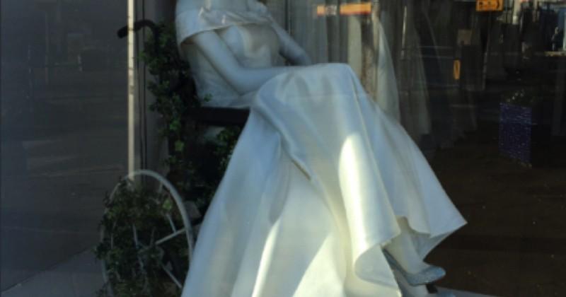 Une boutique fait l'unanimité en affichant en vitrine un mannequin en robe de mariée sur un fauteuil roulant