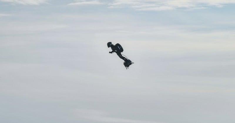 Après avoir traversé la Manche, Franky Zapata promet une « voiture volante » pour la fin d'année
