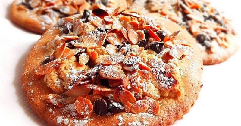 Réalisez de magnifiques sablés au chocolat parsemés de crumble à l'amande!