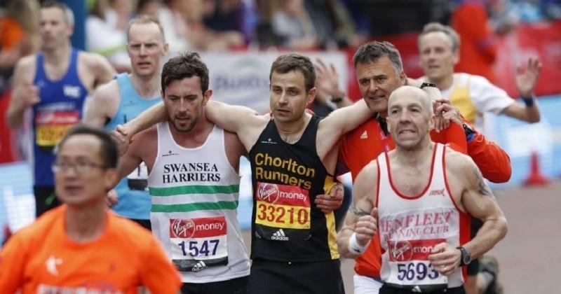 Voici probablement le plus grand héros du Marathon de Londres... Son geste touchant en a ému plus d'un !