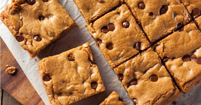 Blondies, brownies au chocolat blanc fourrés de pépites de chocolat