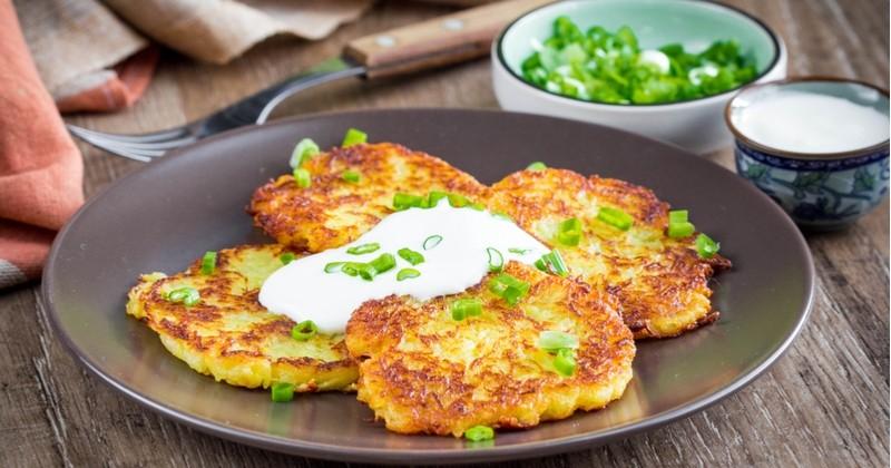 Préparez des latkes, des galettes de pomme de terre gourmandes qui dépannent pour un repas rapide!