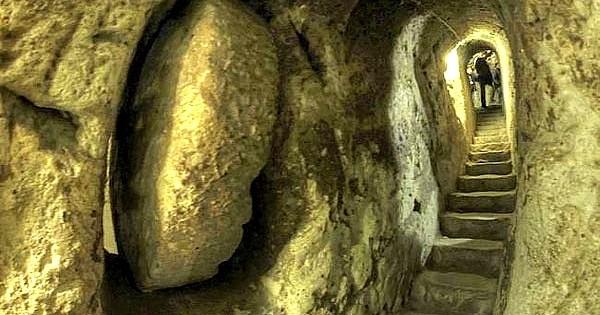 Il casse un mur de sa maison et découvre une immense ville souterraine construite au 7ème siècle ! Complètement fou...