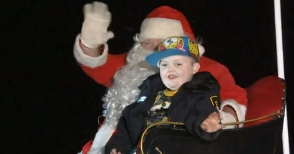 Cette ville a célébré Noël le 24 Octobre... pour offrir un dernier Noël a un petit garçon atteint d'un cancer en phase terminale. Magnifique, tout simplement !