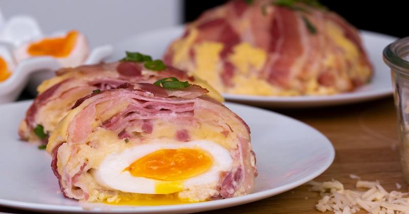 Plongez dans notre dôme au lard croustillant garni d'un œuf coulant