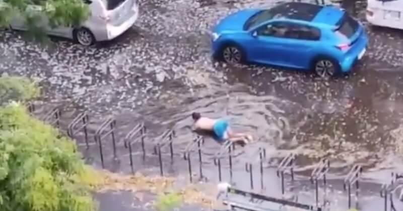 Un homme filmé en train de nager sur un...boulevard de Paris, après d'importantes précipitations