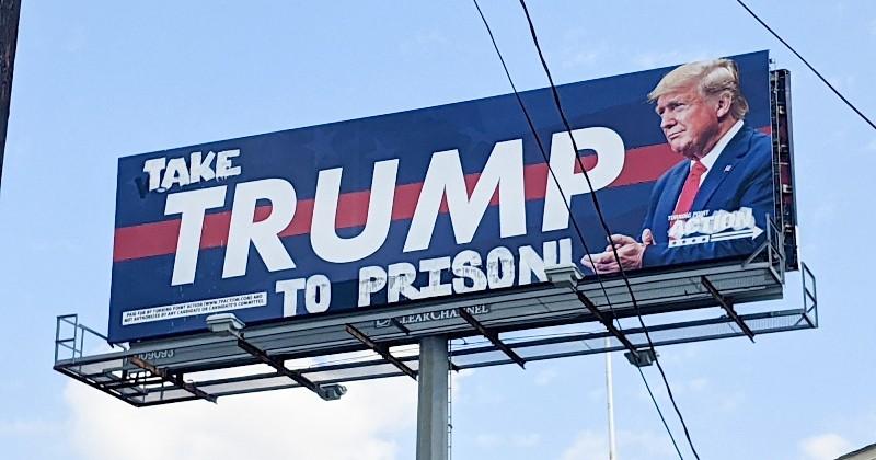 À Houston, un collectif anti-Trump détourne un immense panneau de soutien au président en demandant qu'il aille en prison
