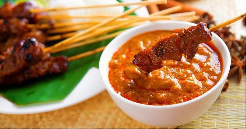 Préparez une sauc Kacang pour accompagner vos brochettes de poulet!