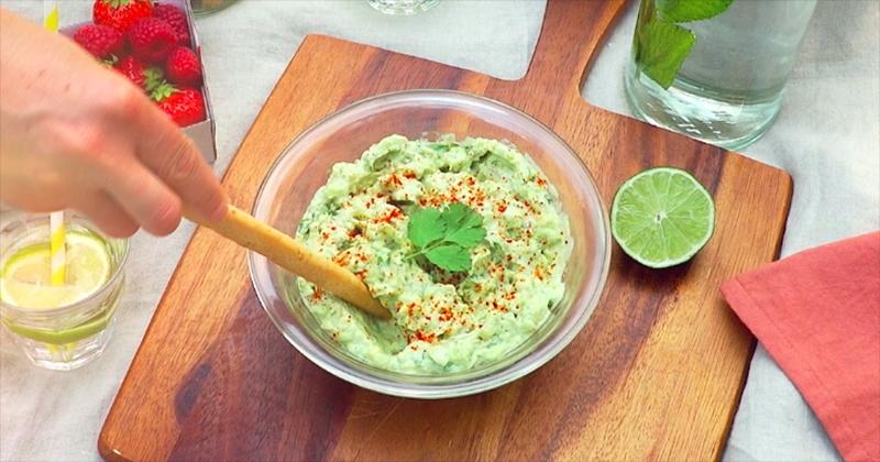 Réalisez un onctueux guacamole avec le yaourt Tendresse de Brebis Bio Vrai pour un pique-nique réussi !