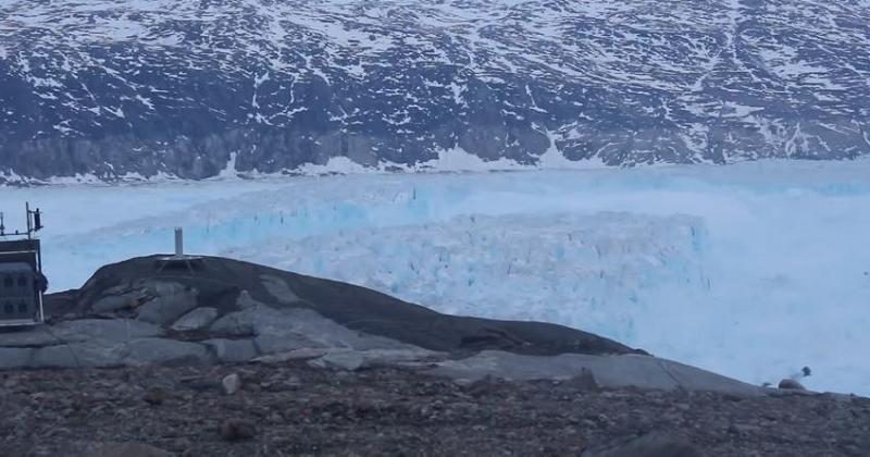 Au Groenland, un iceberg de plus de 10 milliards de tonnes se détache de son glacier dans une vidéo édifiante