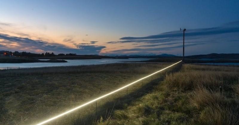 Une ligne lumineuse, censée représenter le futur niveau des océans, installée dans un village écossais pour sensibiliser à la montée des eaux