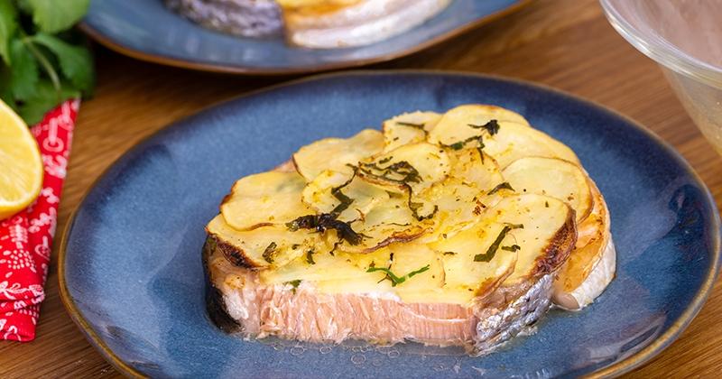 Jouez les chefs avec notre recette de darnes de saumon en écailles de pommes de terre!