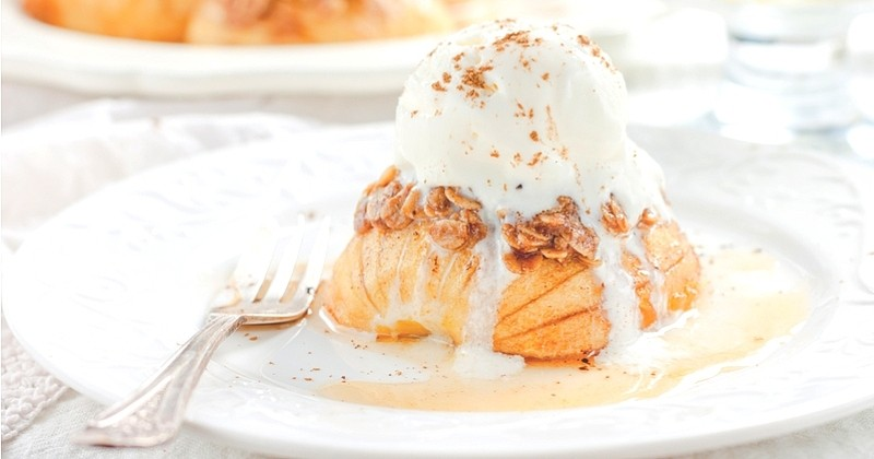 Pour les fêtes, craquez pour les pommes rôties au caramel beurre salé et sa glace à la vanille